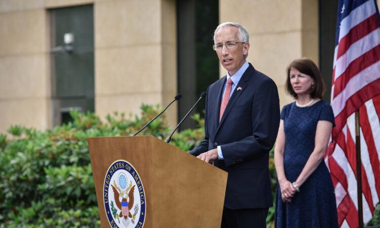 Vēstnieks Džons Kārvails saka uzrunu