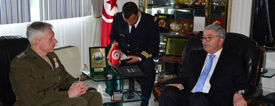 Le Commandant de l'AFRICOM interagit avec des Officiers du Ministère de la Défense