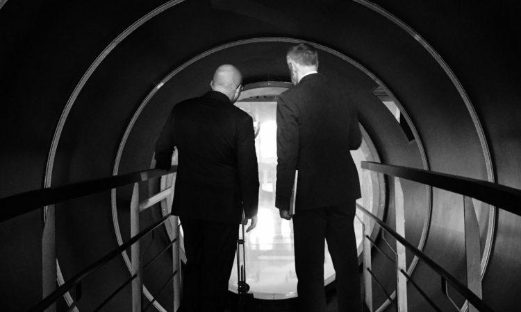 immagine di due uomini