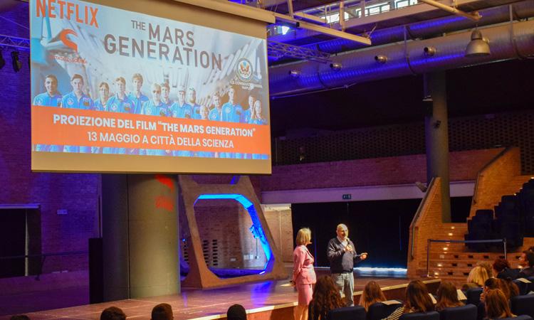 La Console Generale Mary Ellen Countryman e il direttore di Città della Scienza Luigi Amodio durante il loro intervento prima della proiezione del film