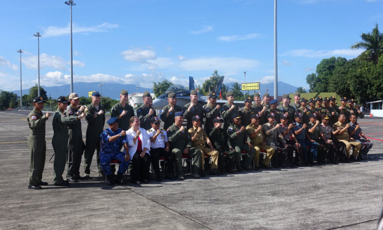 "Para personil TNI-AU dan Korps Marinir Amerika Serikat pada saat upacara pembukaan Latihan Bersama (Latma) bersandi ""Cope West"". Angkatan bersenjata kedua negara akan melakukan latihan bersama selama sepuluh hari di Manado, Sulawesi Utara."