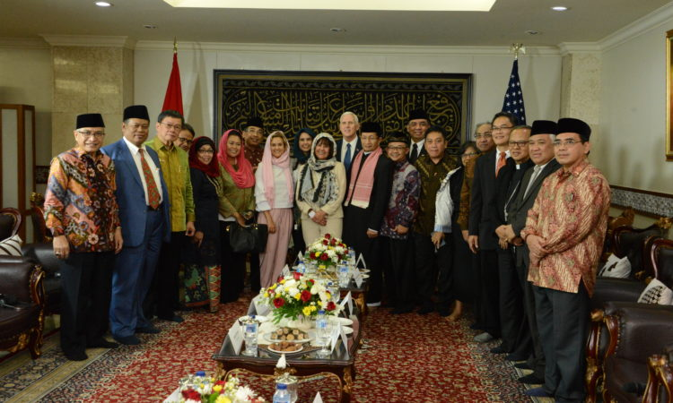 U.S. Vice President Pence Visit Istiqlal Mosque (State Dept./Budi Sudarmo)