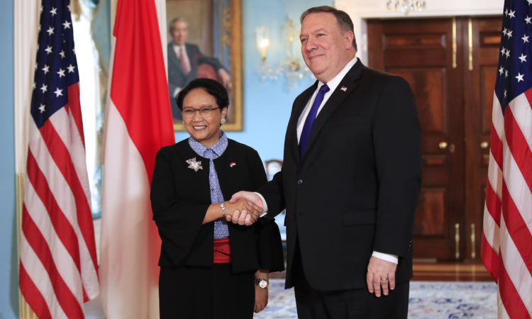 Pertemuan Menlu Pompeo dengan Menlu Indonesia Retno L.P. Marsudi (State Dept. / AP Images)