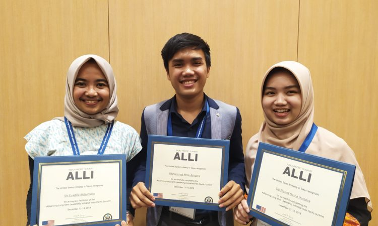 ALLI participants from Indonesia (left to right): Siti Fuadilla Alchumaira, Muhammad Rezki Achyana, and Siti Nisrina Hasna Humaira (State Dept.)