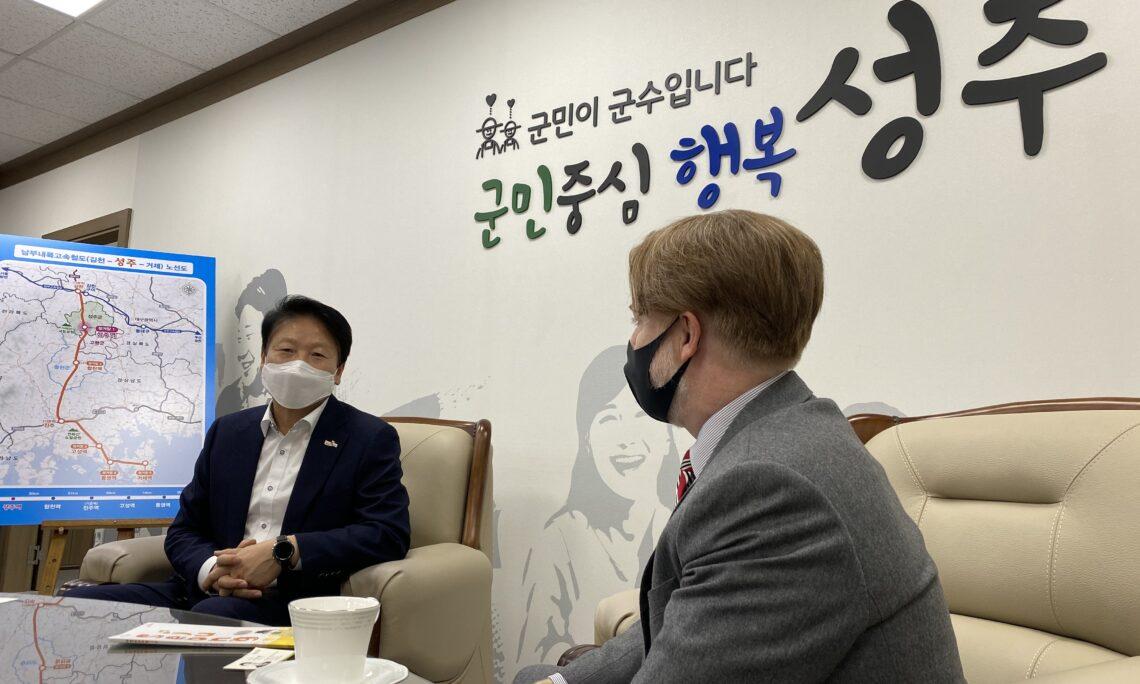 Seongju Mayor Lee Byung-hwan shared the North Gyeongsang county's top produce export – star melon – with Consul Gordon S. Church.