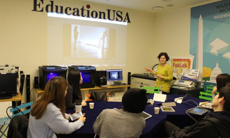 "March 11, 2016 – The American Center Korea (ACK) hosted the 4th session of its Fab Lab Fellowship Program with educator Ashley Meadows on the topic of Digital Music. 2016년 3월 11일 – 아메리칸센터에서 개최된 ""ART-TECH 워크샵""에 연사로 참석한 애슐리 미도우스 아메리칸센터 예술과학 연구원이 디지털 음악에 대해 강연을 하고 있다."