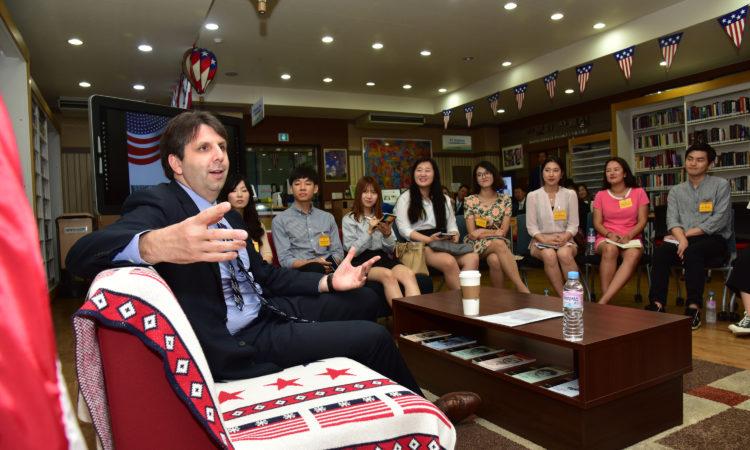 June 24, 2016 - Ambassador Mark Lippert had dialogues with students at American Corners in Busan and Daegu. 2016년 6월 24일 - 마크 리퍼트 주한미국대사가 부산과 대구 아메리칸 코너에서 각 지역의 학생들과 유익한 대화를 나눴다.