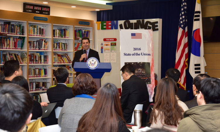 "January 13, 2016 - Ambassador Mark Lippert visits the ""2016 State of the Union Viewing Party"" and hosts a Q&A session with Korean students and professors at the American Center Korea. 2016년 1월 13일 - 마크 리퍼트 주한미국대사가 아메리칸센터를 방문하여 오바마 대통령의 신년 국정 연설을 관람한 참석자들과 질의응답 시간을 가지고 있다."