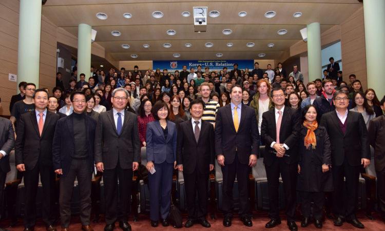 March 7, 2016 - Ambassador Mark Lippert meets 200 students at a Seoul National University GSIS town hall meeting. 2016년 3월 7일 - 마크 리퍼트 주한미국대사가 서울대학교 국제대학원 타운홀 미팅에서 200여명의 학생들과 함께 이야기를 나눴다.