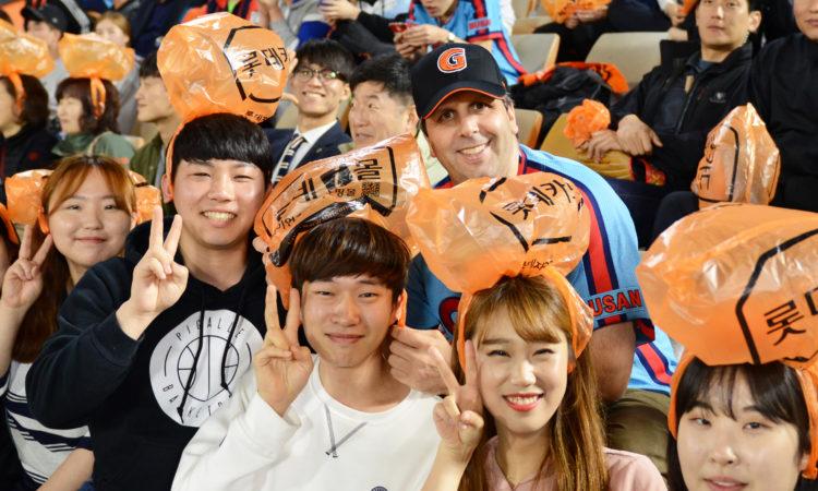 May 11, 2016 - Ambassador Mark Lippert visited the Busan Sajik baseball ground where he watched a game on Nexen Heroes vs. Lotte Giants. 2016년 5월 11일 - 마크 리퍼트 주한미국대사가 부산사직야구장을 방문하여 넥센히어로즈 대 롯데자이언츠의 경기를 관람하였다.