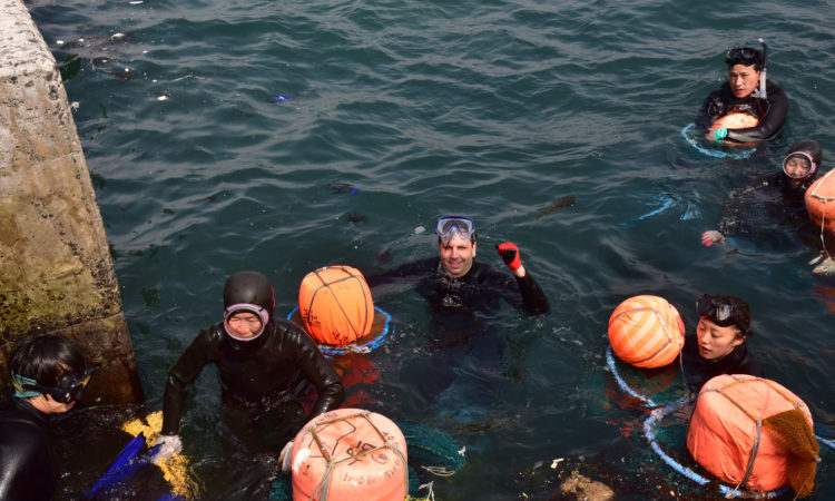 May 14, 2016 - Ambassador Mark Lippert dives with the world-famous haenyeo (female divers) in Jeju. 2016년 5월 14일 - 마크 리퍼트 주한미국대사가 제주서 해녀 체험을 하였다.