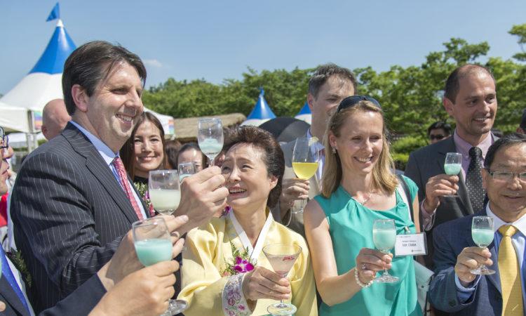 May 19, 2016 - Ambassador Mark Lippert gets a taste of Korean traditional liquor and food at a hanok village in the Namsan area of Seoul. 2016년 5월 19일 - 마크 리퍼트 주한미국대사가 남산골 한옥마을을 방문하여 한국전통주와 전통음식을 맛보았다.