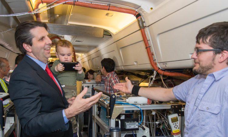 "May 23, 2016 - Ambassador Mark Lippert visits NASA's KORUS-Air Quality field research project site in Osan. 2016년 5월 23일 - 마크 리퍼트 주한미국대사가 NASA와 대한민국이 대기 환경을 공동 연구하는 ""한미대기환경합동조사""팀의 오산 현장을 방문하였다."