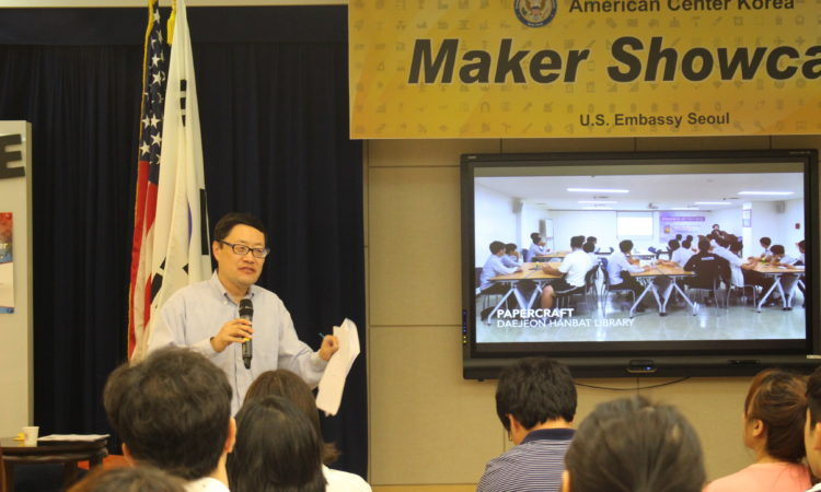 June 7, 2016 Minister-Counselor for Public Affairs Robert Ogburn welcomes participants to the American Center Korea's Maker Showcase. 2016년 6월 7일 – 로버트 오그번 공보참사관이 주한미국대사관 아메리칸센터에서 진행된 Maker Showcase 행사에서 참석자들을 환영하고 있다.