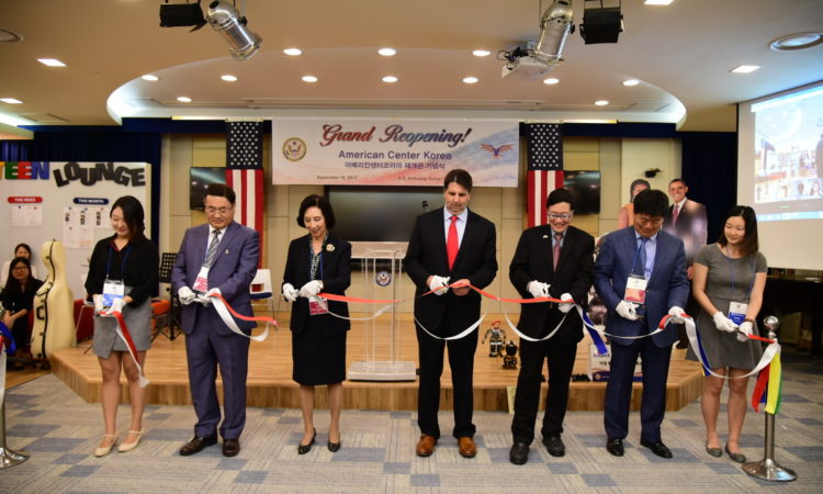 September 18, 2015 - Ambassador Mark Lippert delivers congratulatory remarks at the American Center Korea's Grand Reopening Ceremony in the U.S. Embassy Seoul. 2015년 9월 18일 - 마크 리퍼트 주한미국대사가 아메리칸센터 재개관 기념식에서 축하 메세지를 전달하고 있다.