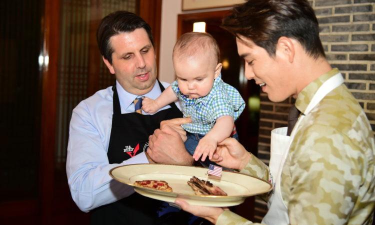 September 22, 2015 - Ambassador Mark Lippert and his son Sejun cook Chuseok food with actor Ricky Kim. 2015년 9월 22일 - 마크 리퍼트 주한미국대사와 그의 아들 세준이 리키 김과 함께 추석맞이 음식을 만들고 있다.