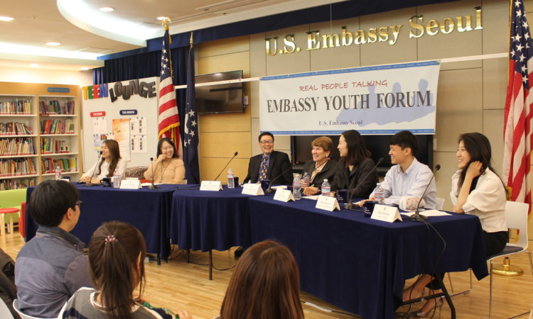 "October 16, 2015 - Robert Ogburn, Minister-Counselor for Public Affairs (3rd from left) hosts the Embassy Youth Forum on ""Children's Issues and Adoptions-Adoptees"" with Ambassador Susan S. Jacobs, Special Advisor for Children's Issues, U.S. Department of State (4th from right) and student panelists at the Embassy's American Center Korea. 2015년 10월 16일 - 로버트 오그번 공보참사관 (왼쪽에서 세번째)이 수잔 제이콥스 미 국무부 아동문제 특보(오른쪽에서 네번째)와 학생패널토론자들과 함께 미대사관 아메리칸센터에서 '아동 문제/입양'를 주제로 대사관 청년포럼을 진행하고 있다."