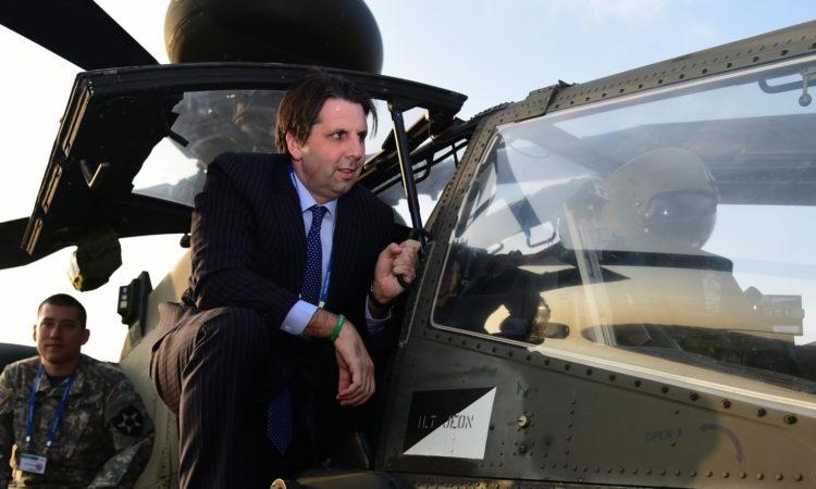October 24, 2015 - Ambassador Mark Lippert visited the Seoul International Aerospace & Defense Exhibition and met U.S. military service members. 2015년 10월 24일 - 마크 리퍼트 주한미국대사가 서울 국제 항공우주 및 방위산업전시회를 방문하여 미군들과 만남을 가졌다.