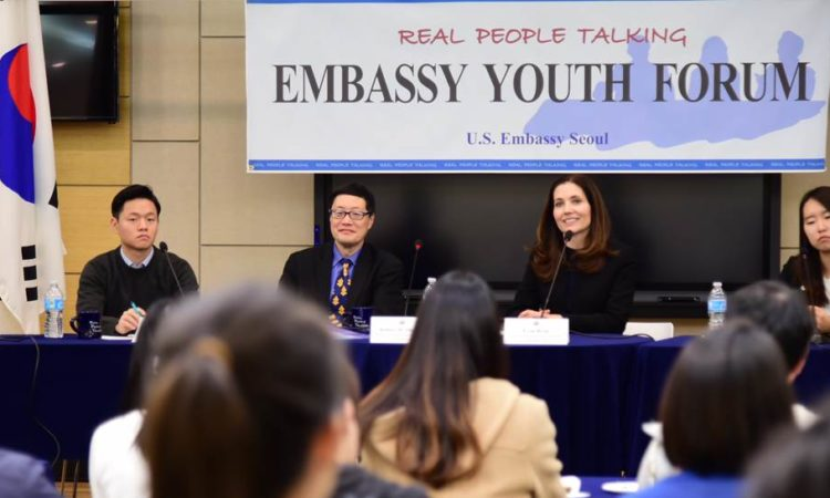 "November 5, 2015 - Robert Ogburn, Minister-Counselor for Public Affairs (3rd from left) hosts the Embassy Youth Forum on ""Education, Exchanges, and Women"" with Evan Ryan, Assistant Secretary, Bureau of Educational and Cultural Affairs, U.S. Department of State (3rd from right) and four student panelists at the Embassy's American Center Korea. 2015년 11월 5일 - 로버트 오그번 공보참사관 (왼쪽에서 세번째)이 에반 라이언 미 국무부 교육 문화담당 차관보 (오른쪽에서 세번째)와 학생패널토론자들과 함께 미대사관 아메리칸센터에서 '교육, 교류, 그리고 여성'을 주제로 대사관 청년포럼을 진행하고 있다."