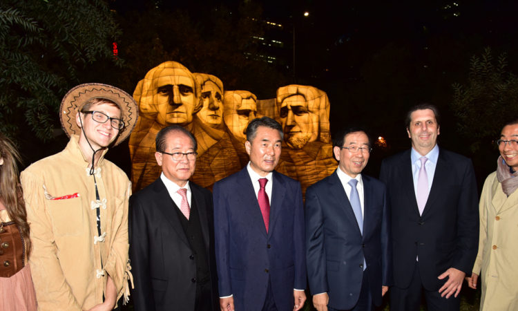 "November 6, 2015 - Ambassador Mark Lippert (second from right) visits the 2015 Seoul Lantern Festival and poses in front of the U.S. Embassy's Mount Rushmore lantern. 2015년 11월 6일 - 마크 리퍼트 주한미국대사(오른쪽에서 2번째)가 ""2015 서울빛초롱축제""를 방문하여 러시모어산 조각상 앞에서 포즈를 취하고 있다."