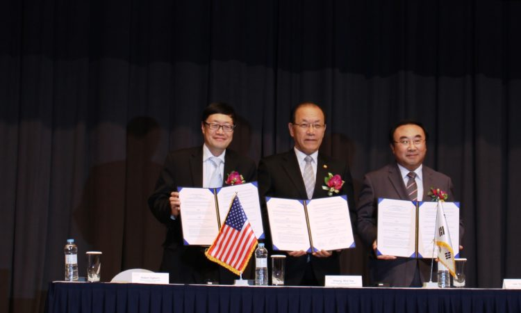 November 12, 2015 – Robert Ogburn, Minister-Counselor for Public Affairs (left) poses with Hwang Wooyea, Deputy Prime Minister & Minister of Education from Ministry of Education (second from left) and Lee Yongsoon, President of Korea Research Institute for Vocational Education & Training (third from left) at MOU Signing Ceremony on Trilateral Cooperation for the Free Semester Program among Global Agencies in Korea, MOE and KRIVET. 2015년 11월 12일 - 로버트 오그번 공보참사관 (왼쪽) 이 '자유학기제 운영 활성화 및 글로벌 진로체험 프로그램 개발, 협력을 위한 교육부-글로벌기관-직능원 업무협약 체결식'에서 황우여 교육부장관 (왼쪽에서 두번째) 과 이용순 한국직업능력개발원장(왼쪽에서 세번째)과 협정 체결식에서 사진을 찍고 있다.
