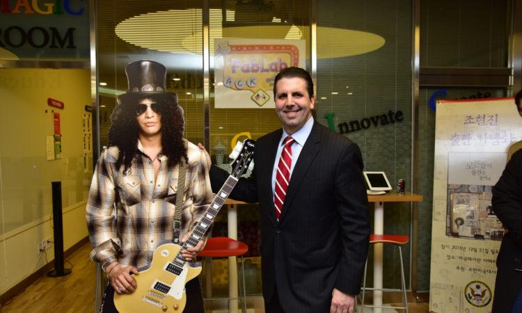 "December 21, 2015 - Ambassador Mark Lippert joined a celebration of America's rock music landmarks at the American Center Korea. 2015년 12월 21일 - 마크 리퍼트 주한미국대사가 미국대사관 아메리칸센터에서 열린 ""미국 로큰롤의 유산을 찾아서"" 행사에 함께 하였다."
