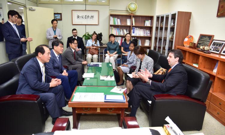 June 22, 2016 - Ambassador Mark Lippert visited the May 18 Memorial Foundation and had a discussion in Gwangju. 2016년 6월 22일 - 마크 리퍼트 주한미국대사가 광주 518기념재단을 방문하여 토론을 나눴다.