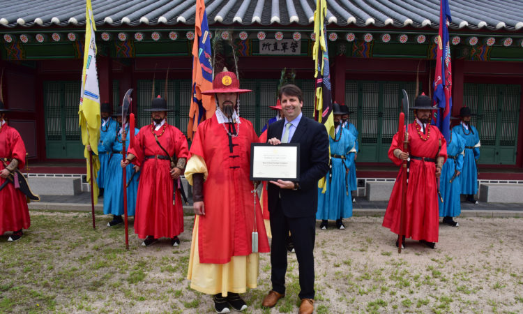 Ambassador Mark Lippert visits Gyeongbokgung palace to thank the guards for their participation in the Embassy's July 4th video