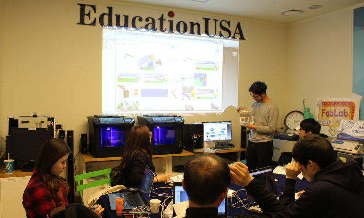 "March 11, 2016 – American Center Korea hosted the 8th session of its ACK Weekly Fab Lab Workshop, with a presentation on ""3D Modeling"". 2016년 3월 11일 – 아메리칸센터에서 개최된 ""ACK 주간 펩렙 워크샵""에 서 한국학생들이 3D 모델링에 대해 강연을 듣고 있다."