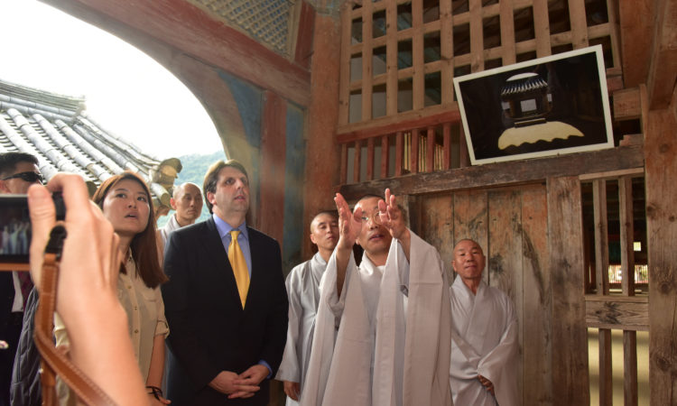 Ambassador Mark Lippert visits Haeinsa in Gyeongsang-namdo