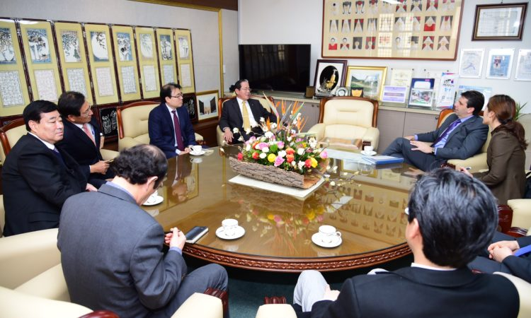 January 9, 2017 – Ambassador Mark W. Lippert paid a courtesy call on Tongyeong City Mayor Kim Dong-jin and discussed the growth and future prospects of the city.