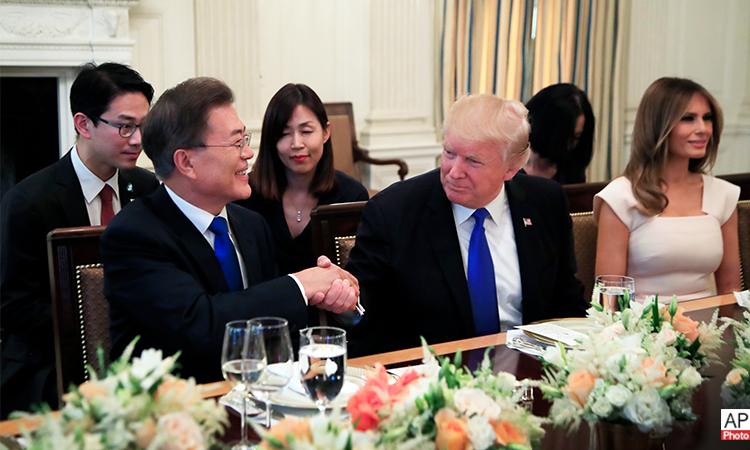 도널드 트럼프 대통령과 부인 멜라니아 여사(우측)가 2017년 6월 29일(목)에 백악관 국빈만찬장에서 열린 만찬에서 문재인 대통령(좌측)을 환영하고 있다. (AP 사진)