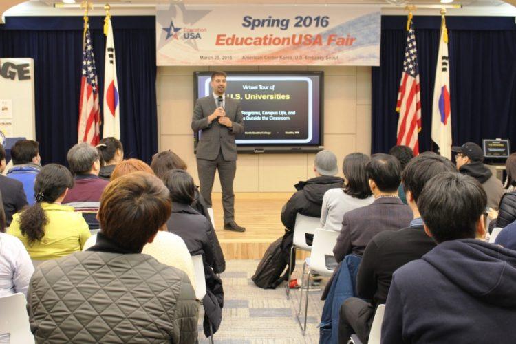 EducationUSA 봄 박람회장의 유학지망생들이 감탄한 아메리칸센터
