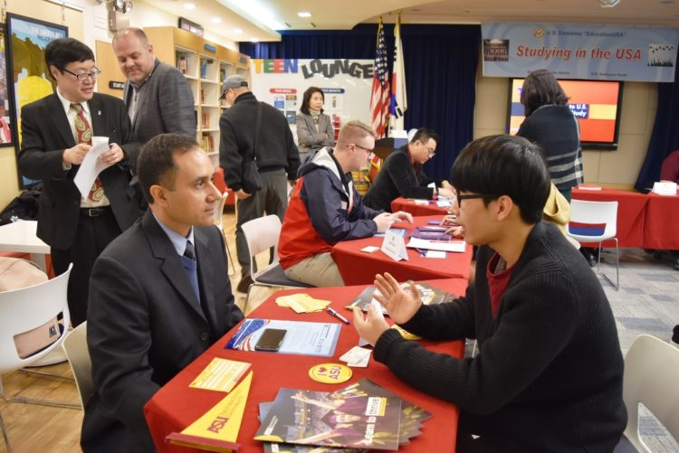 EducationUSA One-on-one Counseling Session Promotes Studying in the U.S.