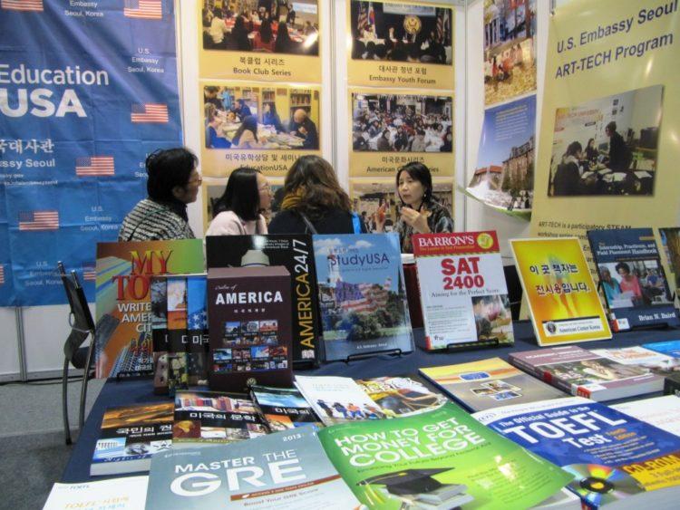 한국 최대 유학박람회장의 EducationUSA 부스, 미국 고등교육기회 홍보