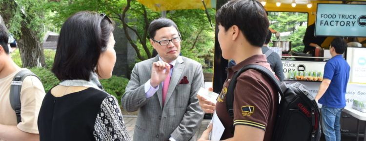 Pop Up Booth Helps Strengthen U.S.-Korea People-to-People Relations at Seoul National University
