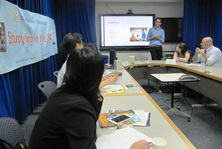 아메리칸센터의 미국 유학 설명회, 미국 고등교육기관 관계자와 한국의 유학지망생 모두에게 유익