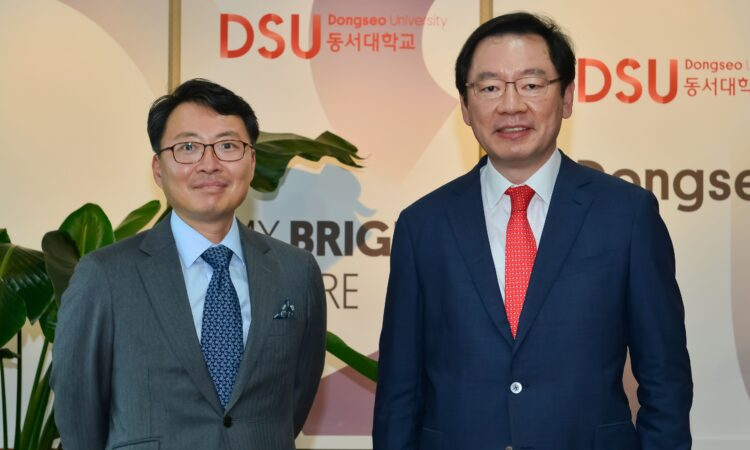 On October 13, Dongseo University President Chang Je-kuk welcomed Consul David J. Jea to the Dongseo campus.
