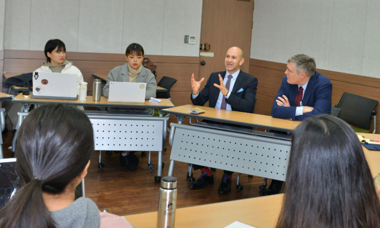 (Photo Gallery) Consul Discusses Development with Handong Global University Students