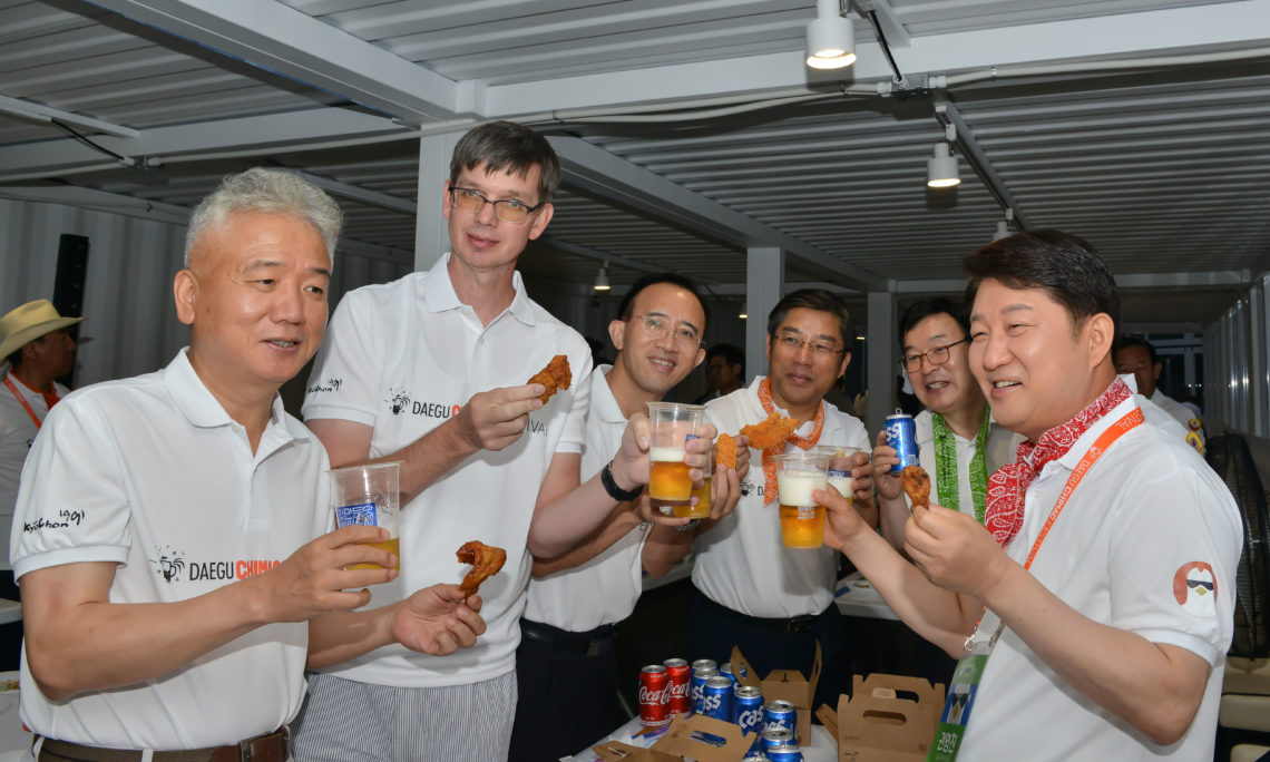 Consul Peterson, left, and Daegu Mayor Kwon Young Jin, right, toasted to the success of the 2019 Daegu Chimac (chicken + beer) Festival.