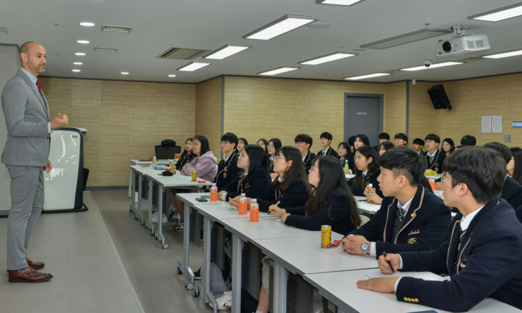 Consul Meets Students from Gyeongnam Foreign Language High School