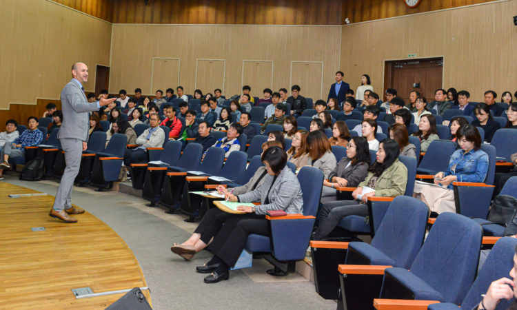 "Busan Consul Speaks at ""Knowledge Up"" Seminar in Ulsan"