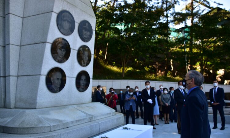 Ambassador Visits the Memorial to the 1950 Hungnam Evacuation on S.S. Meredith Victory