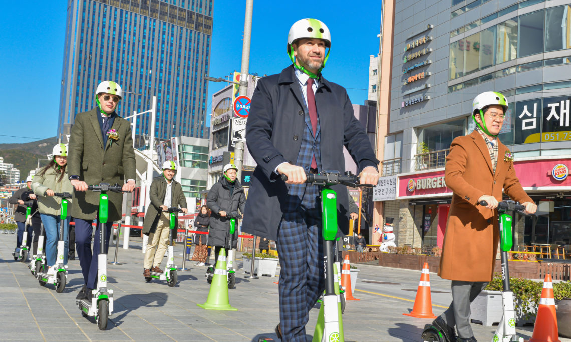 Consul Daniel Gedacht celebrated the launch of service in Busan of Lime.