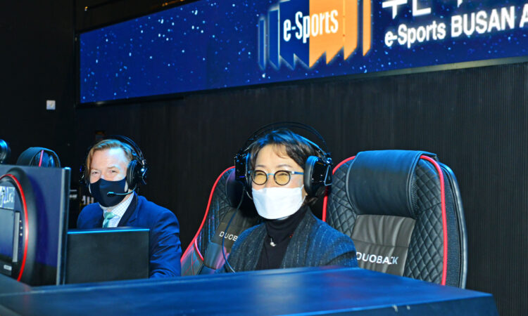 Busan IT Industry Promotion Agency President Lee In-sook challenges U.S. Consul Gordon S. Church to a friendly match at Busan's E-Sports Arena on February 24