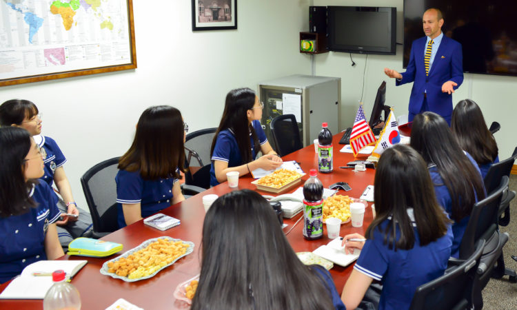 Consul Welcomes Students from Ulsan Foreign Language High School