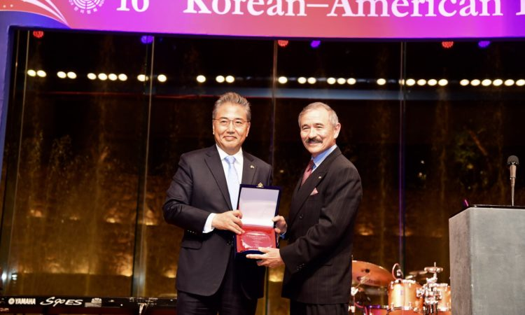 October 19, 2018 – Ambassador Harry Harris received a plaque of appointment as Honorary Chairman from the Korean American Association at the 16th Korean-American Friendship Night.