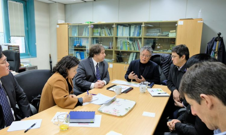 December 12, 2018 - U.S. Science Envoy Dr. James Schauer (3rd from left) visited Korea Environment Corporation, National Institute of Environmental Research, and Seoul National University to discuss ideas about how we can further cooperate to reduce air pollution.