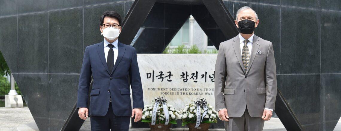 해리스 주한미국대사, 한국전 참전 미군들을 추모하기 위해 세워진 '미국군 참전기념비'에 경의 표해