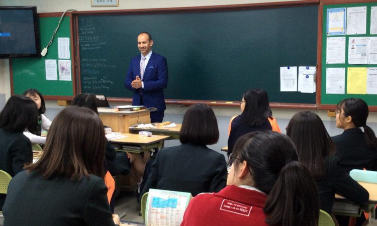 댄 게닥트 중 2 여학생들에게 외교관의 삶에 대해 이야기하다